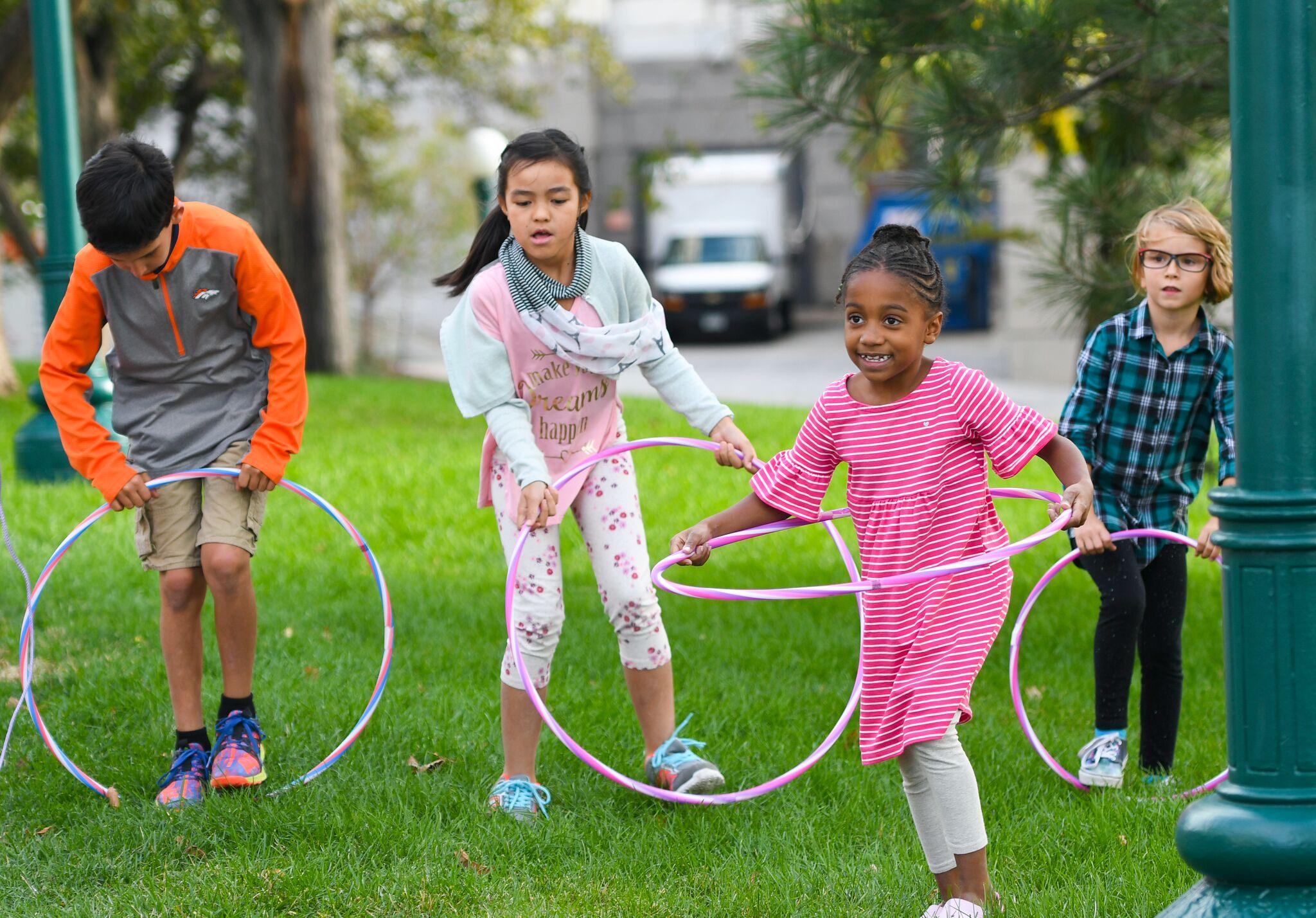 Niños jugando en la hierba
