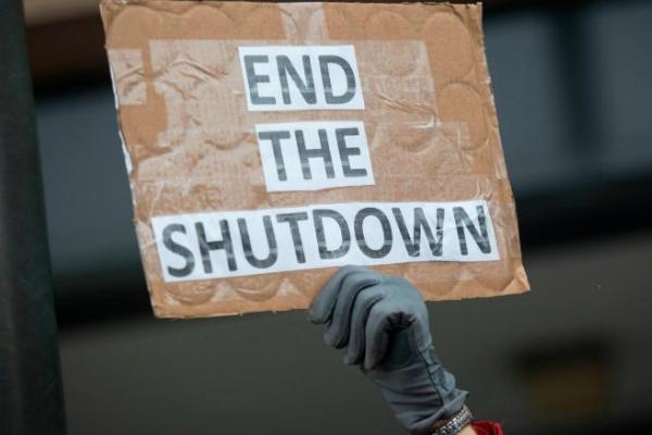 protestas-carry end government shutdown sign